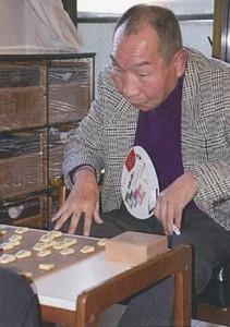 将棋を指す袴田巌さん